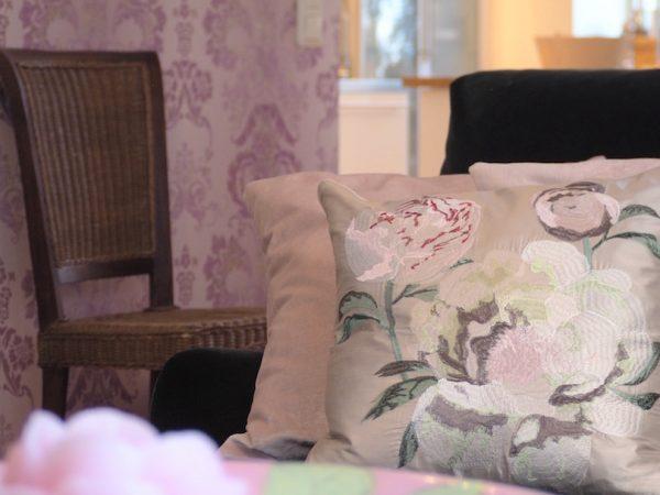 Lisää vaaleanpunaista sohvalle – taas…